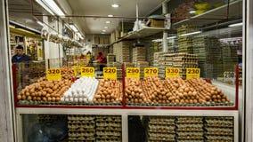 Ägg som är till salu i Paloquemao Bogota Colombia Arkivfoton