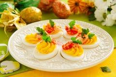 Ägg som är välfyllda med krämig mousse Arkivfoton