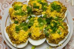 Ägg som är välfyllda med lever och dekorerar med äggulor och den nya löken Royaltyfria Bilder
