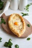 Ägg som bakas med ost i ett bröd arkivfoto