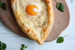 Ägg som bakas med ost i ett bröd royaltyfria foton