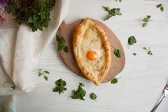 Ägg som bakas med ost i ett bröd royaltyfri fotografi