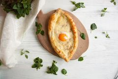 Ägg som bakas med ost i ett bröd arkivbild