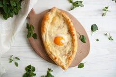 Ägg som bakas med ost i ett bröd royaltyfri bild