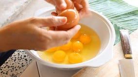 Ägg som bryter i den vita bunken arkivfilmer