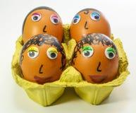 Ägg som dekoreras med ögon och hår Arkivfoto