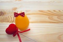 Ägg som dekoreras med pilbåge- och sammethjärta Fotografering för Bildbyråer