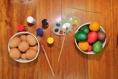 Ägg som förbereder målarfärg för den easter dagen Arkivfoto