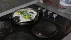 Ägg som förvanskas, stekpanna, frukost, sund mat arkivfilmer