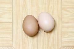 Ägg som isoleras på brun bakgrund Arkivfoton