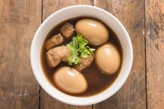 Ägg som kokas i bägaren, kokt ägg fotografering för bildbyråer