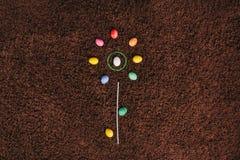 Ägg som ligger på mattan abstrakt blomma Lekmanna- lägenhet easter aggs Arkivfoton