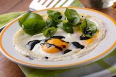 Ägg som stekas med basilikasidor Royaltyfria Foton