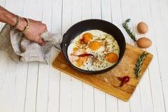Ägg som stekas på en stekpanna royaltyfria foton