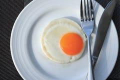 Ägg som stekas på en vit platta Royaltyfria Bilder