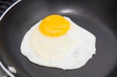 Ägg som steker Sunny Side Up royaltyfria foton