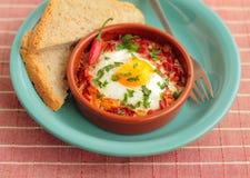 Ägg som tjuvjagas i tomatsås Arkivbilder