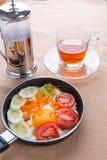 Ägg som tjuvjagas med grönsaker Royaltyfri Bild