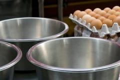 Ägg som väntar för att användas för att laga mat Arkivbild