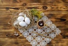 Ägg, stearinljus, rökelse och filialer av en mimosa Royaltyfri Bild