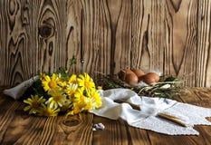 Ägg, stearinljus, rökelse och filialer av en mimosa Arkivfoto