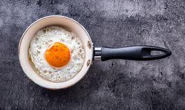 Ägg stekt ägg Fegt ägg Stäng sig upp sikt av det stekte ägget på en stekpanna Rimmat och kryddat stekt ägg Royaltyfri Bild