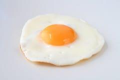 ägg stekt isolerat traditionellt Arkivbilder