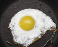 ägg stekt panna Arkivbilder