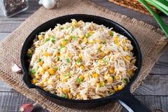ägg stekt rice Förberett och tjänat som i en stekpanna Fried Rice med havre Royaltyfria Bilder