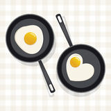 ägg stekt stekpanna Arkivfoto