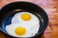 Ägg stekte i en stekpanna royaltyfri fotografi