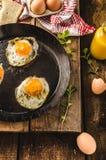 Ägg stekte lantlig stil Arkivbilder
