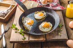 Ägg stekte lantlig stil Arkivfoton