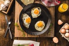 Ägg stekte lantlig stil Arkivfoto