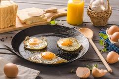 Ägg stekte lantlig stil Arkivbild