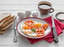 Ägg stekte overeasy som tjänades som på den vita plattan Royaltyfri Foto