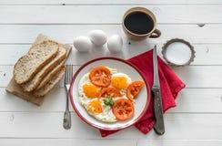 Ägg stekte overeasy som tjänades som på den vita plattan Fotografering för Bildbyråer