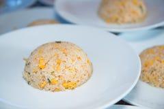 Ägg stekte ris på den vita maträtten Royaltyfri Bild