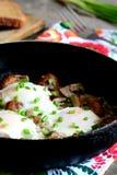 ägg stekte stekpannan Ägg som lagas mat med champinjoner och salladslökar Läckert och snabbt äggrecept Royaltyfri Bild