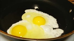 ägg stekte stekpannan arkivfilmer