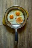 ägg stekte stekpannan Arkivbild