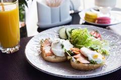 Ägg tjuvjagade, fisken och sallad för frukost Arkivbilder
