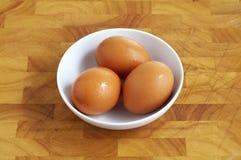 Ägg tre i den vita koppen Royaltyfria Bilder