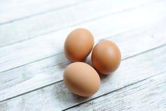 Ägg tre på trä Arkivfoto