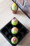 Äggjakt matlagning Ovanlig idé DIY och handgjort Målat ägg lyckliga easter Naturlig färg gjord easter äggbild grön livstid blomma royaltyfri foto
