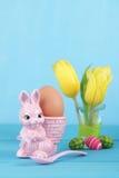 Äggkopp med den easter kaninen Royaltyfri Foto