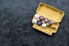 Ägglåda med påskägg Arkivfoto
