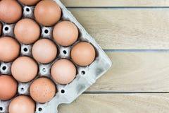 Äggmagasin för bästa sikt på den gamla trätabellgolvbakgrunden Fotografering för Bildbyråer