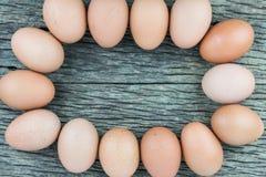 Äggmagasin för bästa sikt på den gamla trätabellgolvbakgrunden Royaltyfria Foton