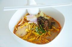 Äggnudel i feg curry (Kao Soi Kai) Fotografering för Bildbyråer